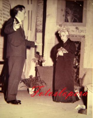 """Juan Rueda y Carmen Pérez representando la obra de teatro """"La del Manojo de Rosas"""" en 1959 con el Cuadro Artístico de Lopera."""