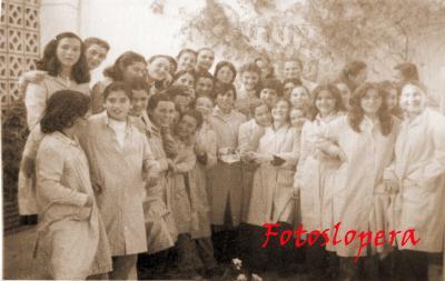 Grupo de jóvenes en el Colegio Sagrado Corazón de Jesús de las Hermanas de la Cruz. Lopera 1972