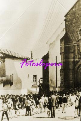 Procesión de Ntro. Padre Jesús Nazareno a su paso por la  Plaza Mayor de Lopera.