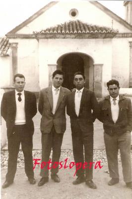 Grupo de loperanos de la Quinta del año 1961 delante de la Ermita del Santísimo Cristo del Humilladero. Francisco García, Francisco Platero, Antonio Quero y Benito  Hueso