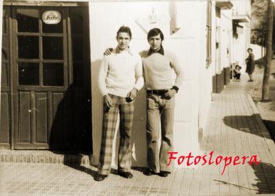 """José Caro y Juan Luis Quero. Puerta del Bar de Francisco Cuevas Hernández """"Tito el Alemán"""". 1973"""