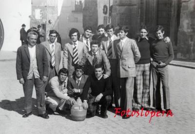 Grupo de loperanos de la Quinta del año 1974 junto al taxista Germán García Criado en plena Plaza Mayor de Lopera.
