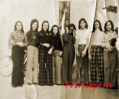 Grupo de Loperanas junto a José Caro. Año 1973. Ana Monge, Conchi Lara, Pilar Alcalá, Pepi Cámara, Rosi Oviedo, Cati Sanz.