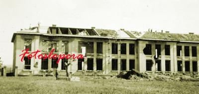 Vista lateral del Colegio de Lopera. Restauración del edificio en abril de 1941 por la empresa estatal Regiones Devastadas.