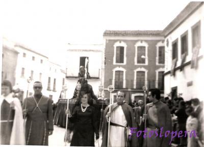 Procesión de Ntro. Padre Jesús Nazareno un Viernes Santo por la mañana a su paso por al Plaza Mayor de Lopera. Año 1975. Luis Morales, Antonio de Torres, Paquita Casado, Antonio Bruna y Antonio de Torres.