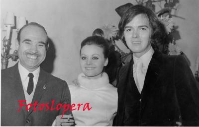 El Loperano Antonio de Santiago Gutiérrez Corresponsal en España de la Revista ECRAN (De Santiago de Chile)  Con ROCÍO DÚRCAL y ANTONIO MORALES (JUNIOR) en la celebración de su boda en El Escorial, el 15 de Enero de 1970.