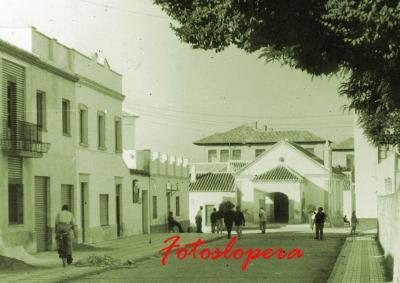 Paseo matinal por el pasado de las calles y plazas de Lopera. Hoy por la Calle Humilladero, con el Santo Cristo de fondo. Año 1964