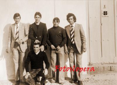 Grupo de loperanos de la Quinta del año 1974 junto a José Caro.