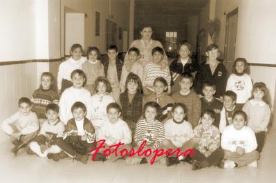 Grupo de Alumnos del Colegio Miguel de Cervantes de Lopera con su profesora María Luisa Muñoz Carmona. Curso 2º Primaria 1997-98