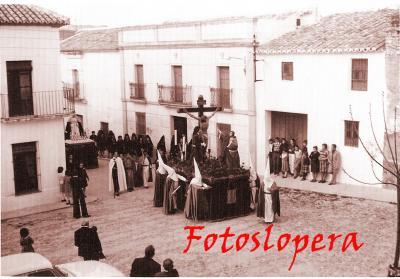 Procesión del Cristo de la Expiración junto a la Soledad a su paso por la Plaza del Padre Bernabé Cobo. Año 1975. Detalle a la derecha del tapacular.