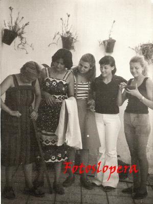 Taller de Costura, Corte y Confección de Rosa Gutiérrez Vallejo. De izquierda a derecha: Rosa Gutiérrez, Juani de Dios Gutiérrez, Ani García, Isabel Cerezo e Isabel García. Año 1978