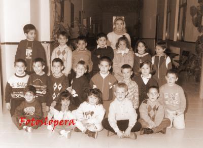 Alumnos de 1º de Educación Primaria del CEIP Miguel de Cervantes de Lopera con su tutora Conchi Recuerda Jalón. Curso 1997-98