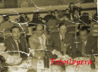 Grupo de amigos de banquete en el Cine Cervantes de invierno.Manuel Ruiz, Juan Hueso, Antonio Corazón y Juan García. Lopera 22-4-1954